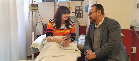 El tenor Javier Camarena canta a los pacientes de un hospital español
