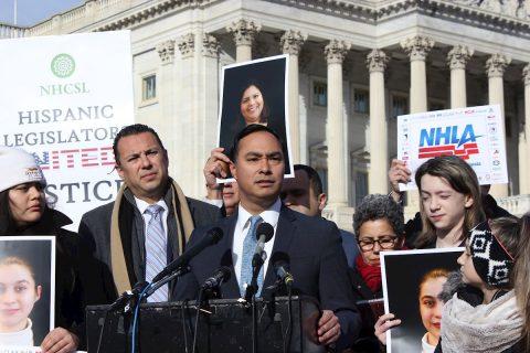 Legisladores denuncian que Trump quiere ocultar la crisis en la frontera