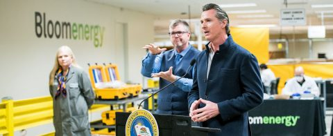 California busca reclutar 37.000 profesionales de salud para combatir virus