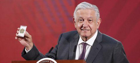 López Obrador enseña un trébol de seis hojas para protegerse del coronavirus