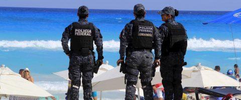 Policías mexicanos enfrentan al coronavirus con mariachi