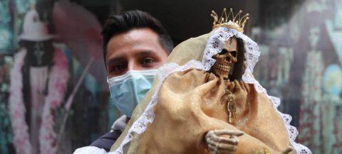Los mexicanos no se olvidan de adorar a la Santa Muerte ni por el coronavirus