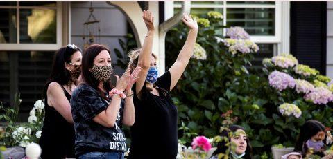 """""""Quaranchella"""": música callejera en Los Ángeles para aliviar el confinamiento"""