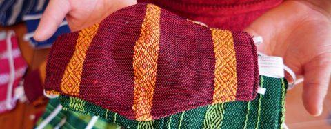 Tejedores indígenas de Oaxaca elaboran mascarillas con telas para huipiles