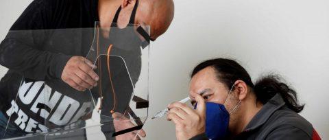 Escultor y médicos mexicanos se unen contra escasez de insumos en pandemia