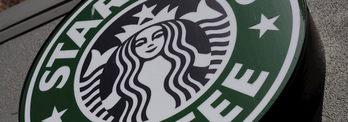 Starbucks se suma al centenar de marcas que suspenden su publicidad en redes