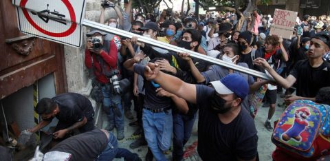 Indignación en México por muerte de joven arrestado al no llevar cubrebocas