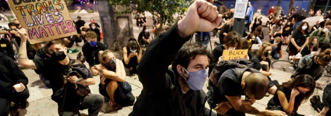 Unas 300 personas exigen alto al racismo en EE.UU. frente a embajada en México