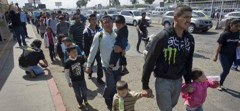 """Juez de EE.UU. bloquea regla de """"tercer país"""" para quienes piden asilo"""