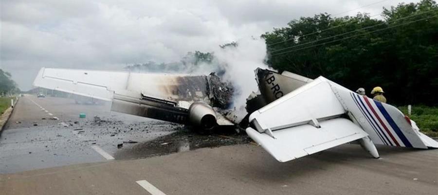 Presunto avión del narcotráfico se incendia en carretera en sureste de México