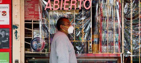 """Pandemia sube y economía baja tras dos meses de """"nueva normalidad"""" en México"""