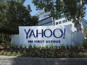 Fotografía de archivo que muestra el logotipo de Yahoo en su sede en Sunnyvale, California, Estados Unidos, el 20 de agosto de 2015. El gigante de internet Yahoo volvió a recibir un varapalo a sus proyecciones de futuro al anunciar ayer, 22 de septiembre de 2016, que piratas informáticos que pudieron tener apoyo de un gobierno extranjero le robaron información privada de 500 millones de sus cuentas. Foto EFE