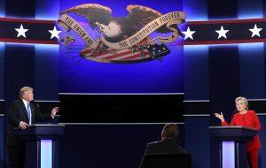 El candidato republicano a la presidencia de Estados Unidos Donald Trump (i) y su rival demócrata Hillary Clinton (d) durante su primer debate hoy, lunes 26 de septiembre de 2016, en la Universidad Hosfra de Hempstead, Nueva York (EE.UU.). EFE