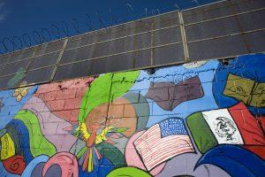 Fotografía tomada hoy, lunes 7 de noviembre 2016, de un mural pintado en el muro fronterizo a lo largo de la frontera entre Tijuana (México) y San Diego (California). Ajeno a toda la polémica que le ha rodeado durante la presente campaña electoral en EE.UU., el muro fronterizo con México se ha convertido en un lienzo en el que artistas latinoamericanos desean trasmitir mensajes de unión que impacten a una sociedad que vive en medio de políticas divisorias. EFE/David Maung