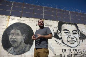 El muralista Alonso Delgadillo muestra un mural pintado en el muro fronterizo a lo largo de la frontera entre Tijuana (México) y San Diego (California) hoy, lunes 7 de noviembre 2016, durante una entrevista con Efe. Ajeno a toda la polémica que le ha rodeado durante la presente campaña electoral en EE.UU., el muro fronterizo con México se ha convertido en un lienzo en el que artistas latinoamericanos desean trasmitir mensajes de unión que impacten a una sociedad que vive en medio de políticas divisorias. EFE/David Maung