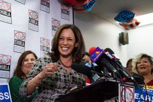 """La recién elegida senadora por California, la fiscal Kamala Harris, sonría durante una una conferencia de prensa celebrada hoy, jueves 10 de noviembre 2016, en la sede de la Coalición por los Derechos Humanos de los Inmigrantes de Los Ángeles (CHIRLA). """"Estar aquí tiene un propósito, el trabajo y la lucha de organizaciones como esta son las que me llevaron a mi al Senado, para defender la unidad, dar poder y ser la voz de todos, incluyendo la voz de aquellos que son más vulnerables"""", dijo a los presentes Harris, de origen afroamericano e hindú. EFE/Felipe Chacón"""
