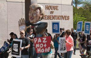 Decenas de activistas protestan hoy, miércoles 23 de marzo 2016, frente al Capitolio de Arizona en Phoenix para pedir al gobernador Doug Ducey vetar las cinco propuestas de ley consideradas antiinmigrantes que se encuentran actualmente en la Legislatura en Phoenix (AZ, EE.UU.). Los activistas, que llegaron hoy frente a la oficina del gobernador con carteles y piñatas de Trump, afirmaron que los legisladores de Arizona están avanzando agresivamente con nuevas formas de criminalizar, encarcelar y deportar a los inmigrantes mediante la introducción de una nueva ola de proyectos de leyes antiinmigrantes. EFE