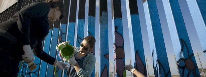 """Inician pintada del """"Mural de la Hermandad"""" a lo largo del muro fronterizo"""