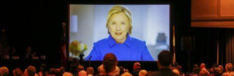 Clinton pide a los demócratas unión y capitalizar el descontento con Trump