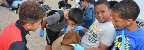 """Miles de niños limpian playa de Los Ángeles por un """"océano libre de plástico"""""""