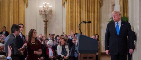 Trump advierte de que podría retirar las acreditaciones a más periodistas