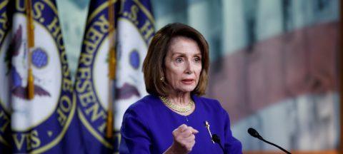 """Pelosi apela a los republicanos para impedir """"saqueo"""" presupuestario de Trump"""