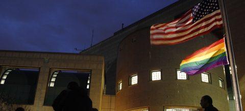 EE.UU. impide a sus embajadas ondear la bandera del orgullo gay, según canal