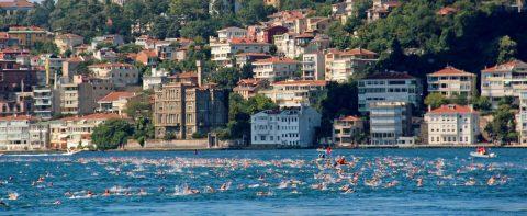 2.400 nadadores, de Asia a Europa cruzan en menos de una hora el Bósforo