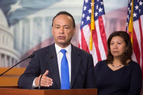Ex congresista demócrata prevé que los jóvenes votantes latinos desalojarán a Trump