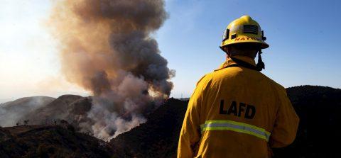 Cientos de miles siguen evacuados por los fuertes incendios en California