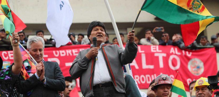 La carta de renuncia no llega a Evo Morales, arropado por miles de seguidores