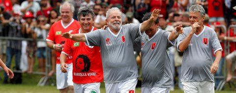 Lula juega un partido de fútbol con aliados para celebrar su libertad