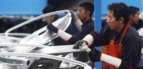 Caída en ventas de automóviles frena al motor de la economía mexicana