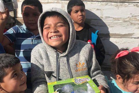 Juguetes para unir a migrantes con niños de México y Centroamérica en Navidad