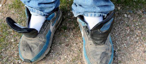 Caminar con zapatillas sin cordones, símbolo del sufrimiento del migrante