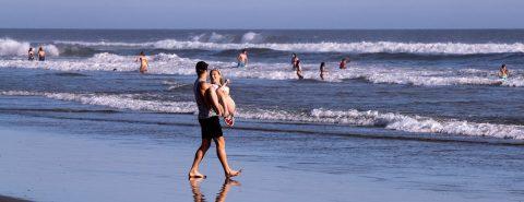 Las playas de California lucen llenas aunque EE.UU. se acerca al millón de contagios de COVID-19