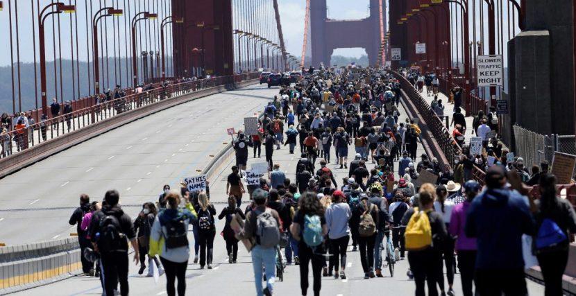 Las protestas toman el Golden Gate y mojan una manga en cada océano