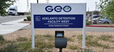 Activistas denuncian un brote de COVID-19 en cárcel de ICE en Adelanto