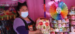 México vive un Día de Muertos insólito: Ofrendas en casa a falta de panteones