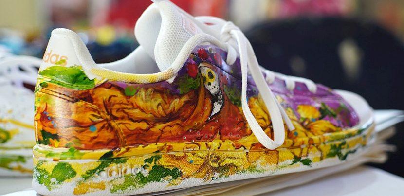 Artista mexicana se reinventa pintando zapatilla para el Día de Muerto