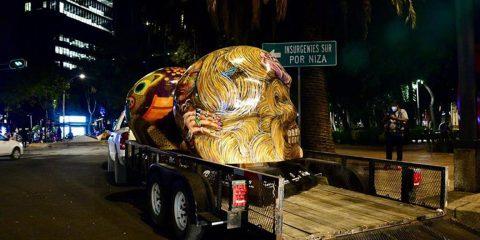 Ciudad de México retira esculturas de cráneos gigantes por repunte de covid