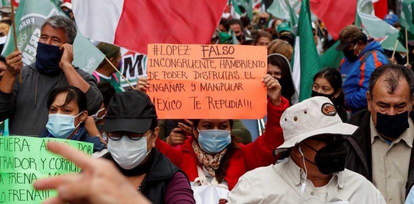 Opositores a López Obrador insisten en exigir su renuncia en la capital mexicana