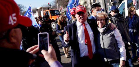 """Los fieles a Trump vuelven a denunciar """"fraude"""" en las calles de Washington"""