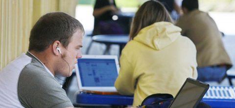 Universidades que brindan servicios a latinos no reciben suficientes fondos