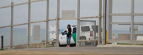 Persecución de camioneta con inmigrantes causa choque en California