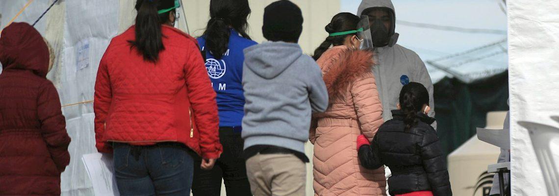 Migrantes varados en la frontera mexicana cruzan a EE.UU. desde tres ciudades