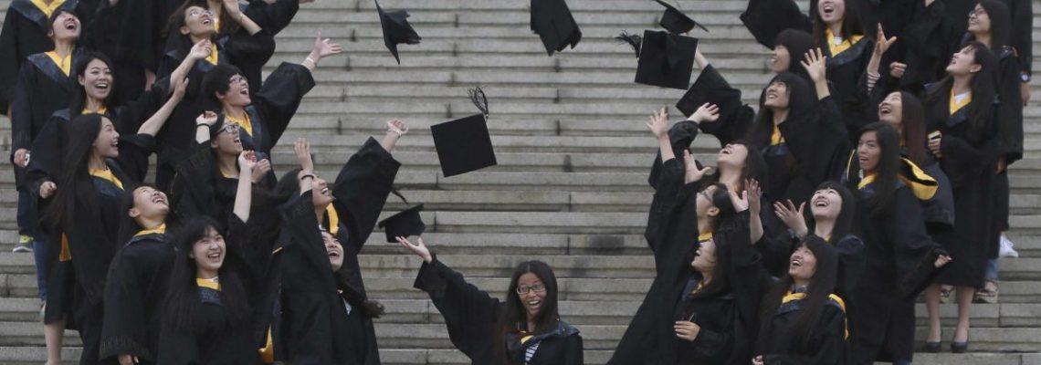 Aumenta tasa de obtención de licenciaturas en latinos, pero persisten brechas