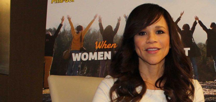Rosie Pérez se une a la lista de presentadores de los Globos de Oro