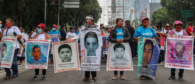 Padres de Ayotzinapa esperan resultados de restos óseos enviados a Austria